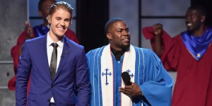 Host Kevin Hart and Bieber at his Roast